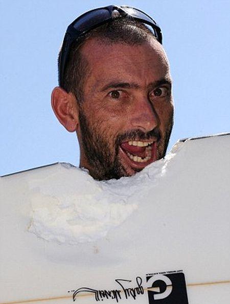 Серфер из Австралии остался жив после встречи с акулой.