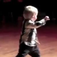 Двухлетний малыш отрывается под Элвиса Пресли