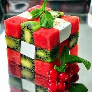 Салат кубик-рубик: арбуз, киви, сыр фета.