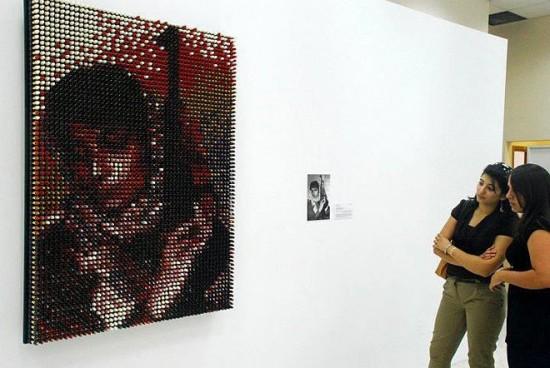 Инсталляция сделанная из помад