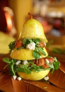 Салат из груши: грецкий орех, сыр блю, руккола и мёд.