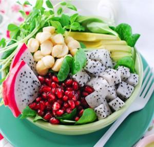 Салат из питайи (драконий фрукт): питайа, нут, ростки, гранат.