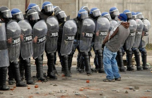 чувак ссыт на полицейских