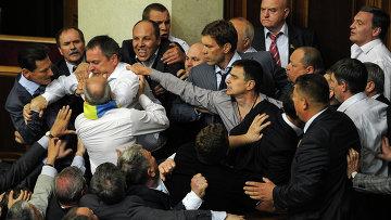 Украинские депутаты подрались из-за закона о русском языке