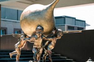 Необычный памятник в виде клизмы
