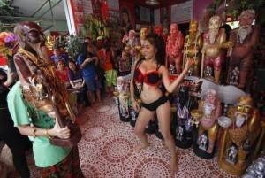 Буддийский обряд с стриптизершами