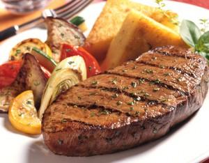 При помощи специального клея из мясных обрезков можно сделать один большой и аппетитный стейк.