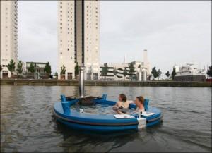 Уникальная лодка-бассейн