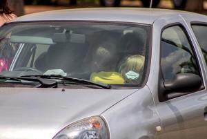 Учительница посадила 19 учеников в одну машину