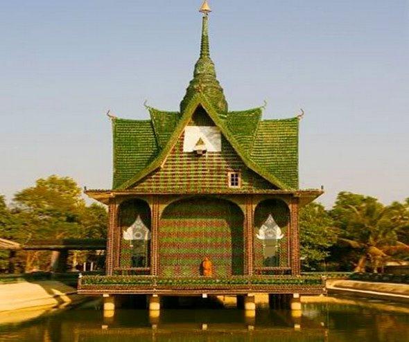 В Таиланде находится храм Ват Па Маха Чеди Ков, который построен из миллиона стеклянных пивных бутылок