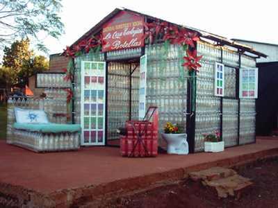 здания из пластиковых бутылок