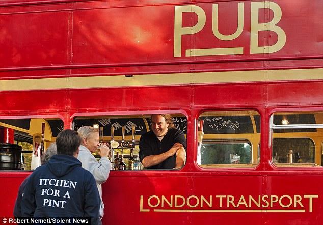 Паб, созданный из двухэтажного лондонского автобуса