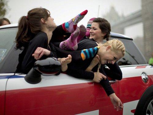 Лондоне установили мировой рекорд по количеству человек, которые смогли поместиться в мини-автомобиль