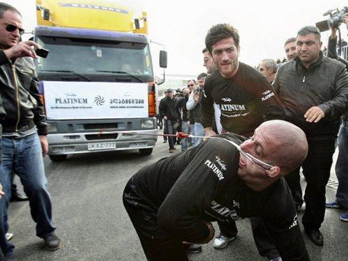 Лаша Патарая, грузинский спортсмен, попал в Книгу рекордов Гиннеса благодаря тому, что смог левым ухом протянуть на 21,5 метра фуру