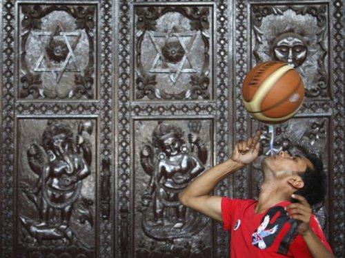 Непалец Танишман Гурагаи установил мировой рекорд, удерживая баскетбольный мяч на зубной щетке в течение 22,41 секунды.