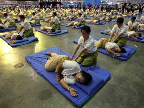Самый массовый тайский массаж провели в этом году в Багкоке, где 641 человека обслужил ровно 641 массажист.