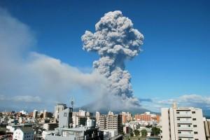 Столб пепла, поднявшийся во время извержения Сакурадзима