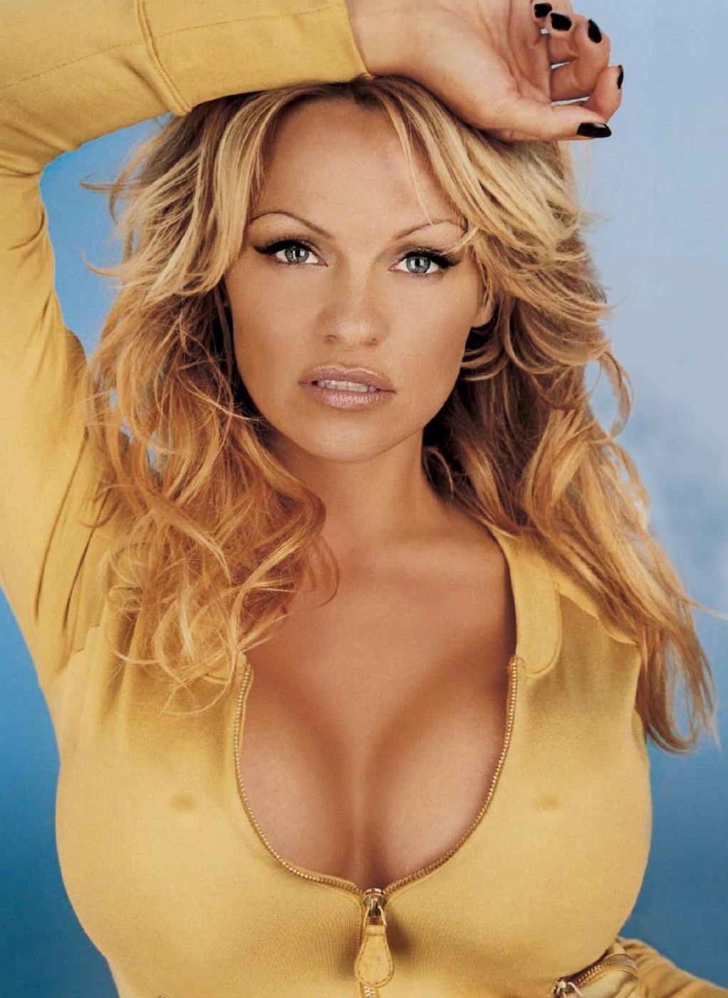 Pamela-Anderson-reklamiruet-chulki-1-22