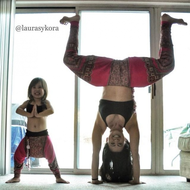 4233705-R3L8T8D-610-mom-and-daughter-yoga-laura-kasperzak-5