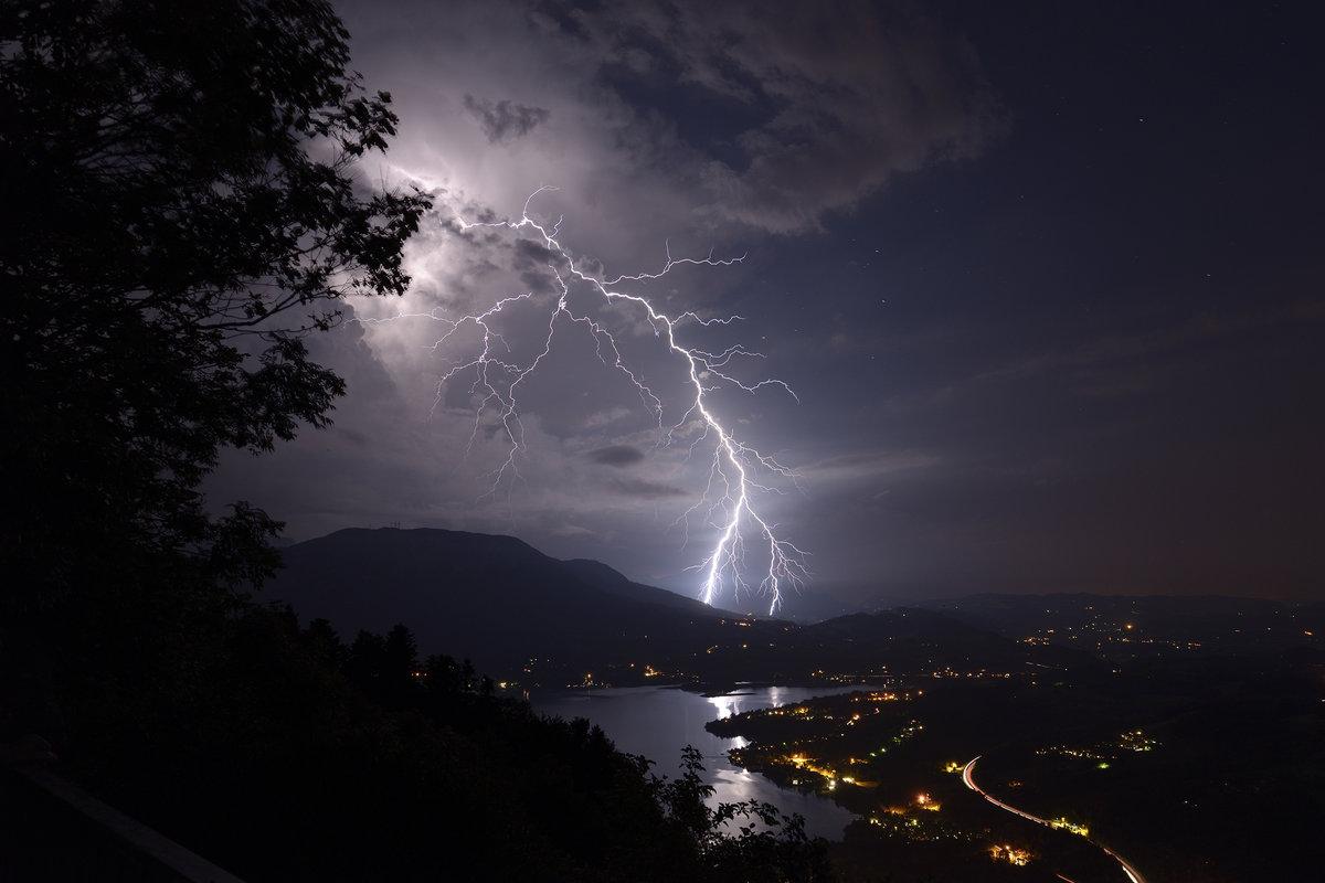 Coup de foudre extranuageux pr?s du Lac d'Aiguebelette (Savoie)