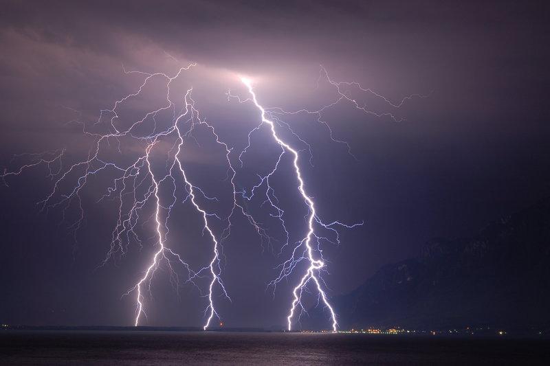 lightning-strikes-lake-geneva-photo-christophe-suarez