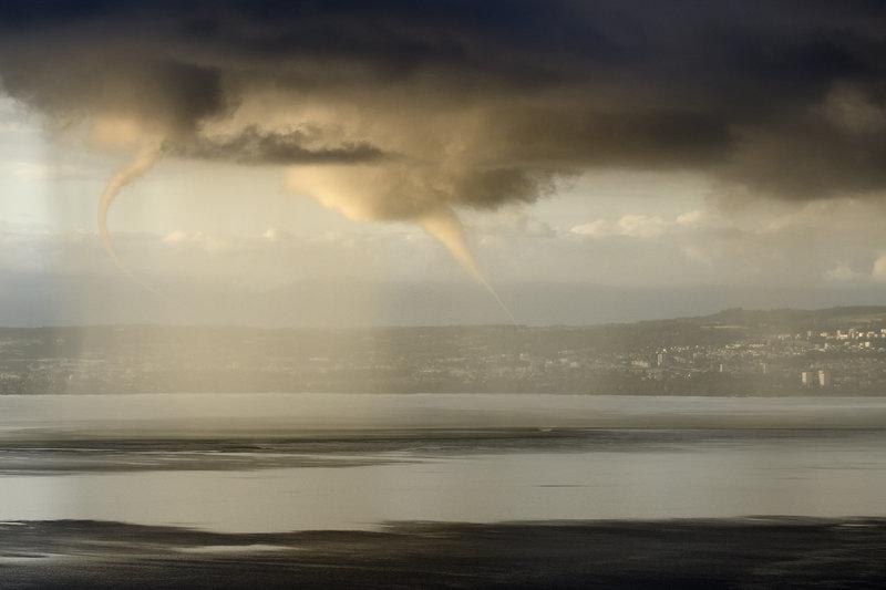 storm-spouts-over-lake-geneva-photo-christophe-suarez