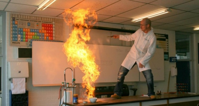 9239210-R3L8T8D-650-My-teacher-being-awesome-and-playing-with-fire-1024x548