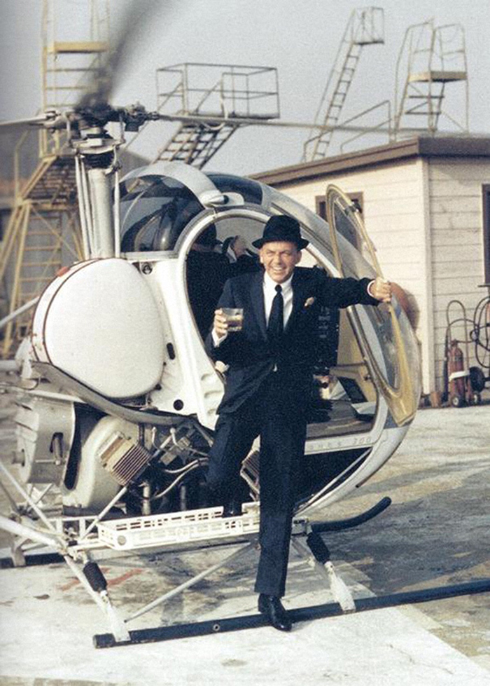Sinatra Steps Out Of A Helicopter (1964)