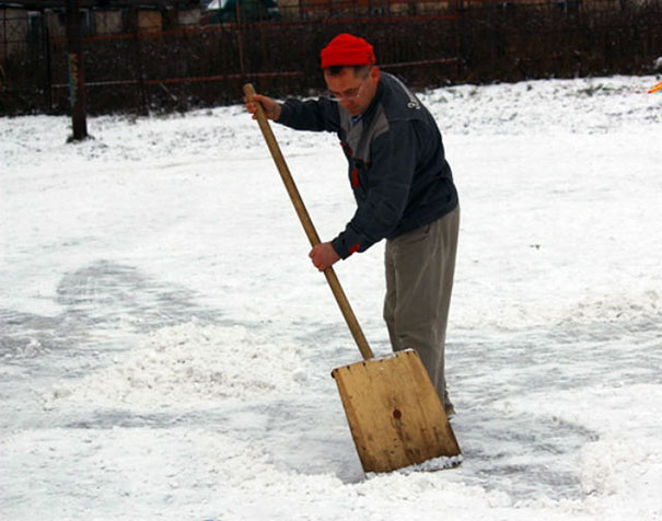 school-janitor-makes-snow-drawings-with-his-showel-to-bring-joy-to-children-3__605