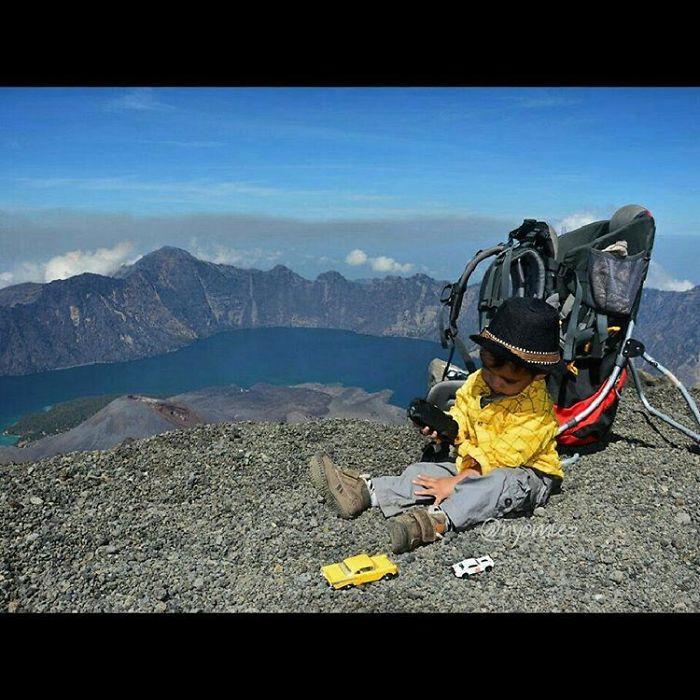 meet-max-a-3-years-old-toddler-who-have-hiked-15-mountains-in-indonesia-3__700